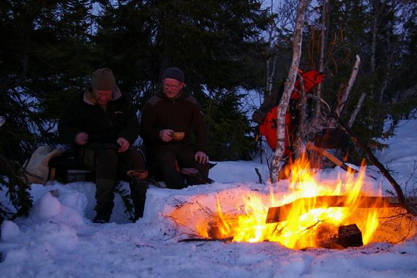 Kvelden tilbringes ved bålet.